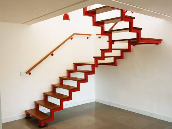 Escada com viga zigue zague